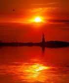 Statue of Liberty and the setting sun — Stock Photo