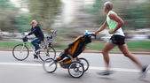 Fathers and their children are moving along the streets — ストック写真
