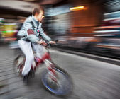 Cyclist on the city roadway — Stock Photo