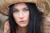 Portret van een meisje in stro hoed — Stockfoto