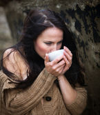 Woman drinking tea outdoors — ストック写真