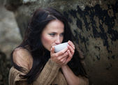 Woman drinking tea outdoors — Stockfoto