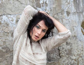 Flicka mot gamla betongvägg — Stockfoto