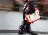 Vrouw wandelen in de straat — Stockfoto