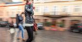 Genç kadın bir cep telefonu üzerinde söz — Stok fotoğraf