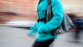 Young woman at rush hour walking in the street — Stock Photo