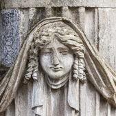 在老公墓的墓碑上的雕像 — 图库照片