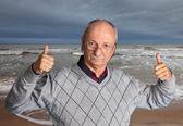 Senior hombre disfrutar al aire libre con mar ondulado — Foto de Stock