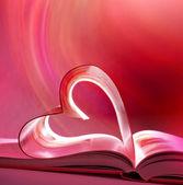 Pembe açık bir kitap ve kalp — Stok fotoğraf