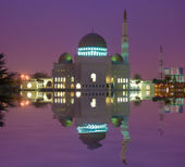 Mosque building with reflection on lake — Stock Photo