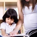 Asyalı anne ve çocuk öğrenme — Stockfoto