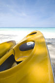 Canoe on a beautiful blue beach — Stock Photo