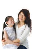 Asya anne ve kızı beyaz arka planda, m için mükemmel — Stok fotoğraf