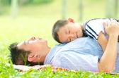 Aziatische vader binding met zijn zoon — Stockfoto