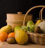 Koyu arka plan içinde meyve grubu — Stok fotoğraf