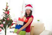 Asiatisk tjej under julen med hennes presenter — Stockfoto