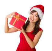 Chica asiática con una caja presente durante la navidad, aislada en blanco — Foto de Stock