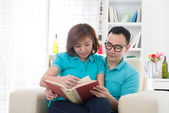 Asian couple reading — Stockfoto
