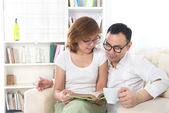 Asian couple reading — Stock Photo