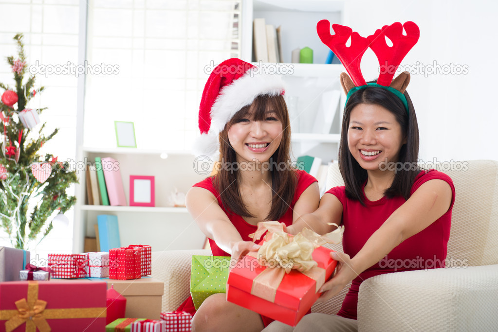 Asian friends christmas celebration lifestyle — Stok fotoğraf #16893167