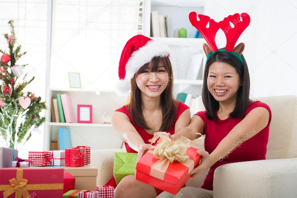 Asian friends christmas celebration lifestyle — Foto Stock #16893167