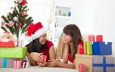 Chinesische girls feiern weihnachten — Stockfoto