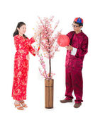 Chinese new year family with ang pow symbol of luck — Stockfoto