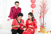 Chinese new year family with ang pow — Stockfoto