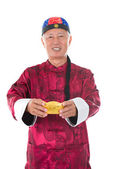Senior chinese man met goud en traditionele chinese clo — Stockfoto