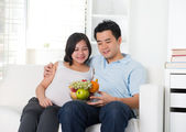 Healthy chinese pregnancy couple — Stock Photo