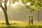 母と娘公園を歩いていると、中に手を繋いでいます。 — ストック写真