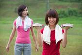 čínské dívky cvičení venkovní uvnitř zelený park — Stock fotografie