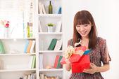 美丽的中国女人快乐接收礼物与生活方式背 — 图库照片