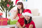 Amigos de menina chinesas durante uma celebração de natal — Foto Stock