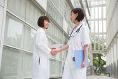 Asyalı çinli kadın doktorlar ekibi hastane — Stok fotoğraf