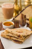 薄煎饼做法折与传统印度项目背景 — 图库照片