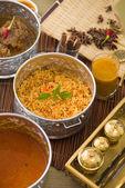 Papadam di riso biryani montone con sfondo tradizionale — Foto Stock