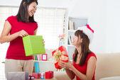 китайские друзья во время празднования рождества — Стоковое фото