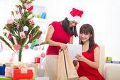 китайские девушки онлайн покупки во время празднования рождества — Стоковое фото