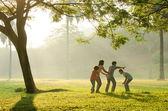 Uma família asiática se divertindo jogando no parque de manhã cedo — Foto Stock