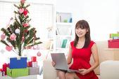 рождественские женщина на ноутбуке, делать покупки в интернете. женщина возбужденных — Стоковое фото