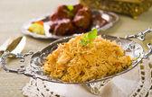 Briyani montone riso papadam con sfondo tradizionale — Foto Stock