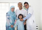 Malay aile doktoru ziyaret — Stok fotoğraf