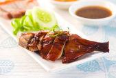 Chinese geroosterde eend drumstick geserveerd met chili en komkommers — Stockfoto
