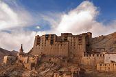 Leh monasterio que se cierne sobre la ciudad medieval de leh, ladakh — Foto de Stock