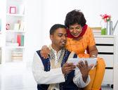 Mãe indiana e filho desfrutando de surf com tablet no vivo — Foto Stock