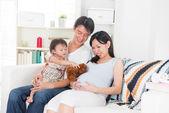 Hamile anne ailesiyle birlikte kaliteli zaman zevk — Stok fotoğraf