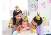 Familia asiática celebrando la fiesta de la luna llena del bebé — Foto de Stock
