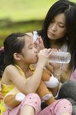 Čínská asijská matka je uklidňující její plačící dcery — Stock fotografie