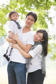 Asian pregnant mother and family outdoor photo — Stock Photo
